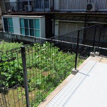 1階のベランダ部分からの眺め。庭がついてるみたいです。