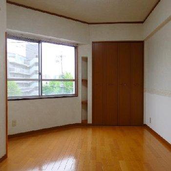 奥の寝室。大きな窓から並木の緑が見えます