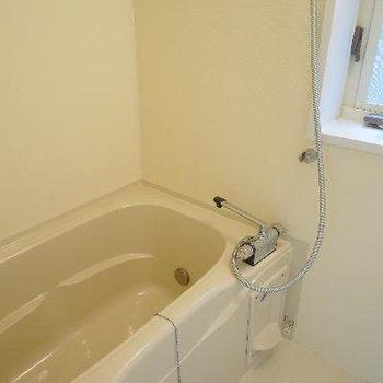 お風呂も機能的で窓も!
