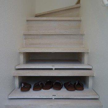 階段には下駄箱になる隠し扉