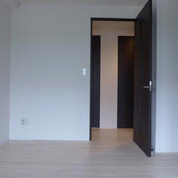 7帖の洋室は寝室にするのに丁度良いサイズ!※写真は別部屋