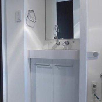 洗面台もシンプル、清潔感ばっちりです!※写真は別部屋