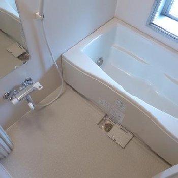 お風呂は窓があります!広く気持ちが良い!※写真は別部屋