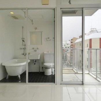 ガラス張りのお風呂が特徴です。(画像は反転の別室)