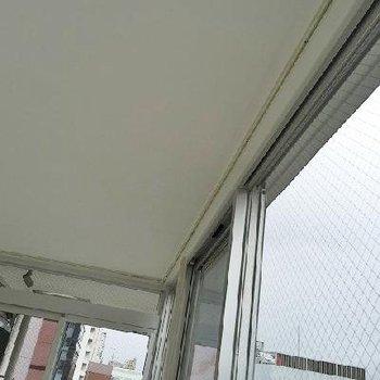 天井埋込み式のカーテンレール。