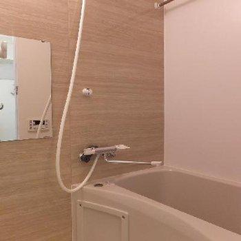 お風呂には浴室乾燥機が付いています。