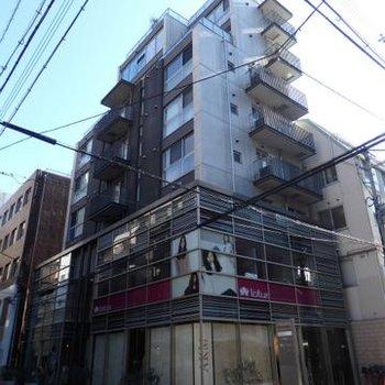 北堀江ど真ん中。1,2階にはテナントが入ったマンションです。