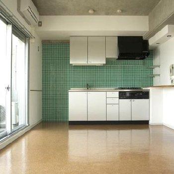 ミドリのキッチンタイルがアクセント※写真は別の階のお部屋