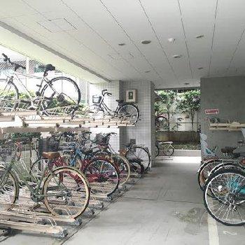 自転車置き場はしっかり屋根付き!