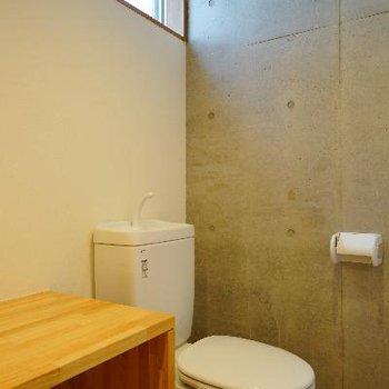 トイレの上には窓が♪