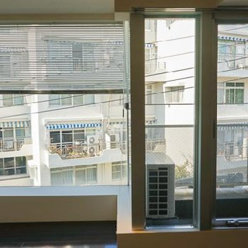お向かいのマンションもまた素敵。※写真は別部屋