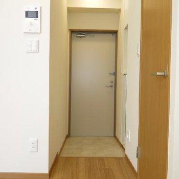 テレビ付きインターホン!玄関には靴箱もあります。