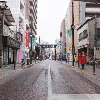 新馬場駅や北品川駅付近には商店街が広がっています。