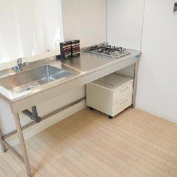 キッチンはステンレス製※写真は別部屋です 308は対面型ではありません