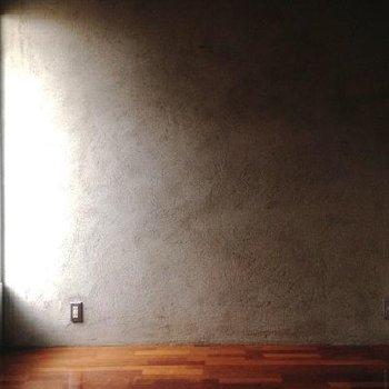 こちらのお部屋は6帖。正直このお部屋は暗いです。※写真は102号室
