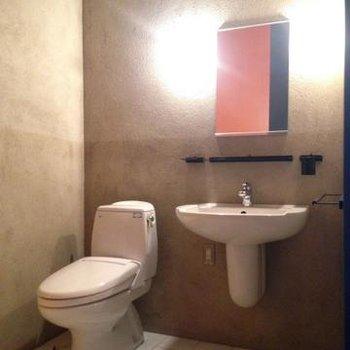 トイレと洗面台。※写真は102号室