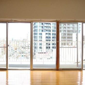 一面窓のリビングが素敵!