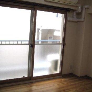 寝室の窓。バルコニーはこちらから。