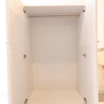 可動式造作の収納 ※写真は別部屋です