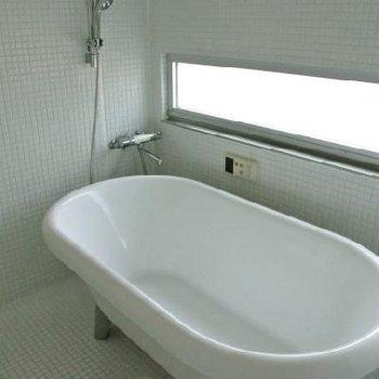 お風呂は舟型で ※写真は501号室