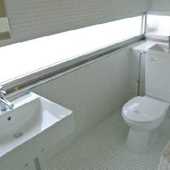 真っ白のトイレ&洗面台 ※写真は501号室
