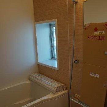 お風呂は新品。窓あります※写真は別部屋です