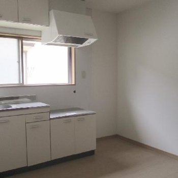 水周りは新品!キッチンのお隣は冷蔵庫スペースですね。