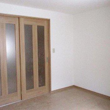 木枠の戸はシックで落ち着きます。