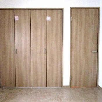 右が入り口のドア、左がクローゼット。