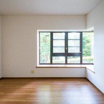 大きな窓のあるリビング。※写真は107号室