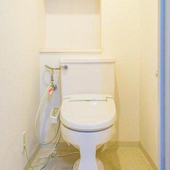 トイレは収納棚とウォシュレット付き。※写真は107号室