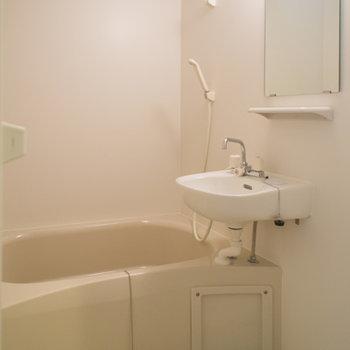 洗面台のある浴室※写真は203号室