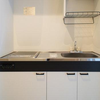 コンパクトなキッチンですが収納はバッチリあります。※写真は203号室