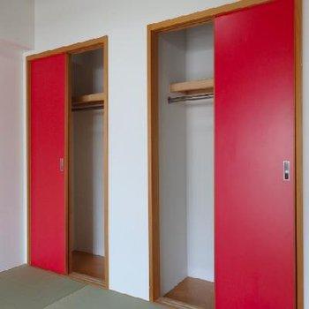 赤い扉の収納も印象的
