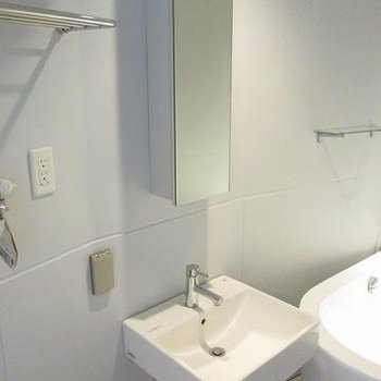 浴槽の隣に洗面台。