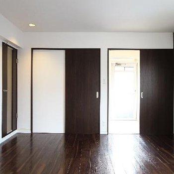 こちらの扉の奥は収納&デスクスペースに。