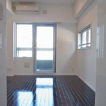 床は黒です ※写真は別部屋です