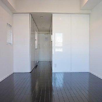 白と黒のコントラスト好きな人にはいいですね ※写真は別部屋です