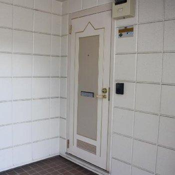 玄関です。インターホン付きです。