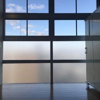 大きな窓!下部はきちんとスモークがかかっています! ※写真は506号室