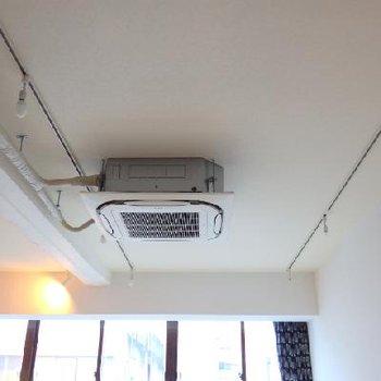 剥き出しの業務用エアコン、かっこいい...!