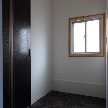 広い玄関。こちらに1つ収納を作っちゃうのもあり。靴の収納に。