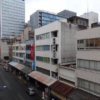 窓からはこの光景。渋い問屋街の中にオシャレなお店が沢山。