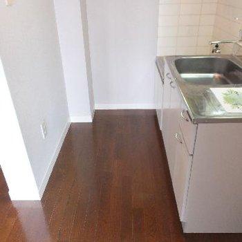 キッチン部分は3.5帖。手前に冷蔵庫おけます。