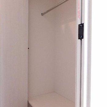 廊下部分にクローゼットがあります。奥行き60cmほど。