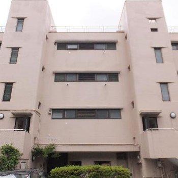 階段がボコッと出たピンクのマンション