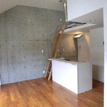 やはりキッチン目立ちます。こちらの壁はコンクリ打ちっぱなしです。