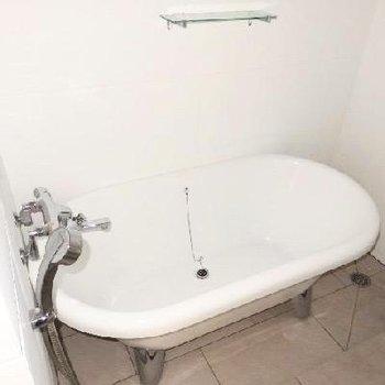 お風呂は猫足のバスタブ!