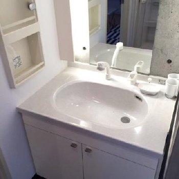洗面台。さりげない間接照明がツボ◎