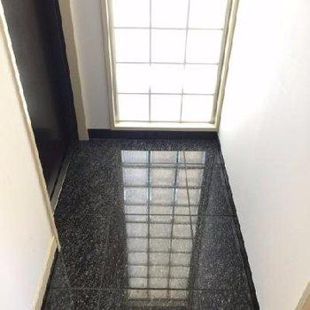 玄関。光入ります。